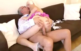 old dude is being screwed by bimbo wench