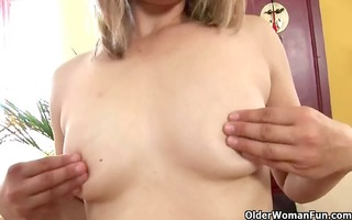 older mommy with small titties and hard nipps