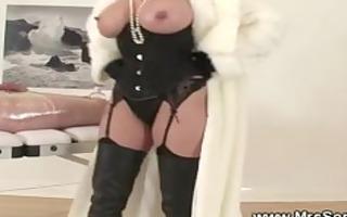 dominatrix-bitch disrobes during cook jerking for